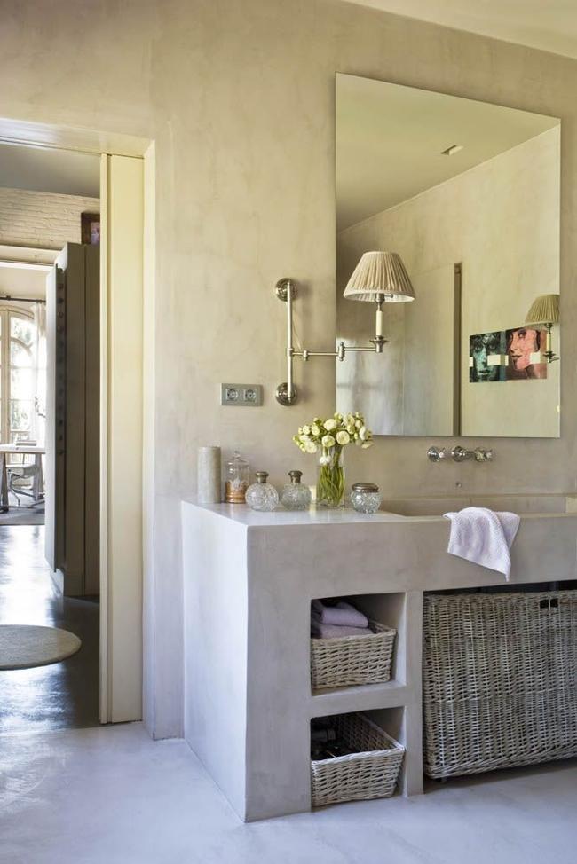 Sol en pierre, plâtre décoratif sur les murs, accessoires de style classique - des paniers de différentes tailles en osier de vigne s'intégreront parfaitement dans un tel ensemble