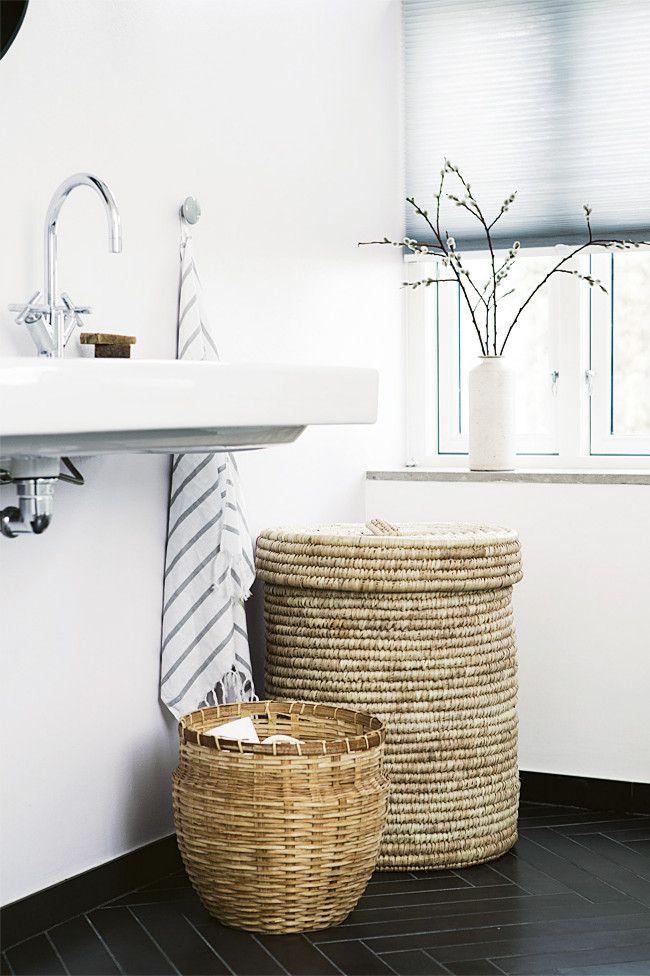 Osier fabriqué à partir de matériaux naturels : bambou, vignes ou algues, paniers à linge - ils peuvent bien décorer l'intérieur de la plupart des salles de bain