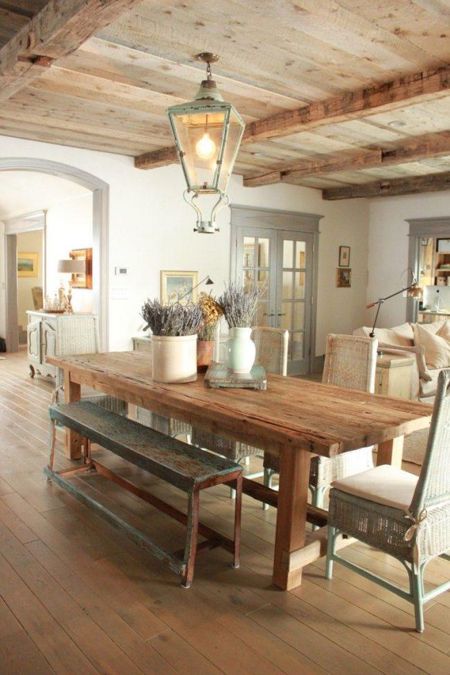 Coin repas dans la cuisine du studio dans des tons chauds de brun et de beige.  Le sol et le plafond en frêne complètent l'intérieur