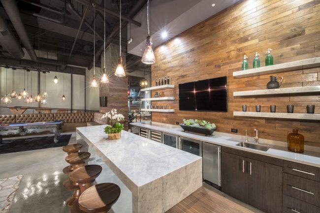 L'alliance du bois et du marbre dans une cuisine moderne