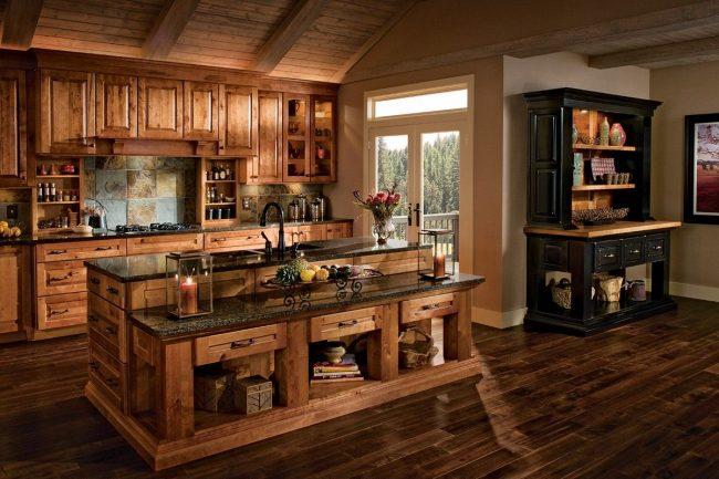 La cuisine marron s'intègre harmonieusement à l'intérieur d'une maison de campagne