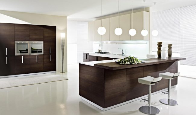 Une cuisine dans les tons marron et blanc séduira ceux qui aiment les contrastes
