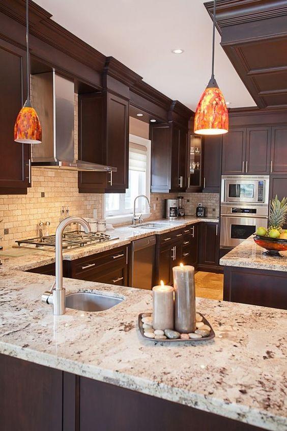 Brique blanche, wengé et marbre dans une cuisine de luxe