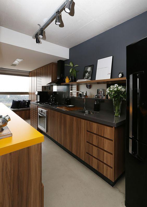 L'ensemble de cuisine en chêne en combinaison avec des murs sombres est exquis