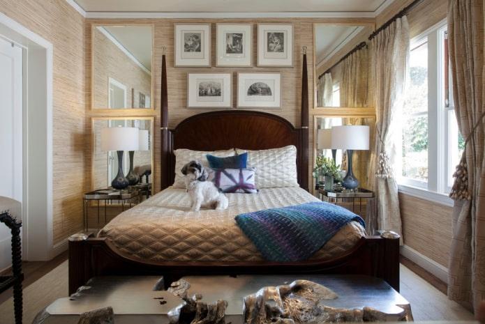 miroir sur les côtés du lit à l'intérieur de la chambre