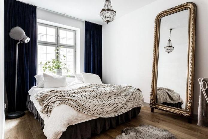 miroir de sol à l'intérieur de la chambre