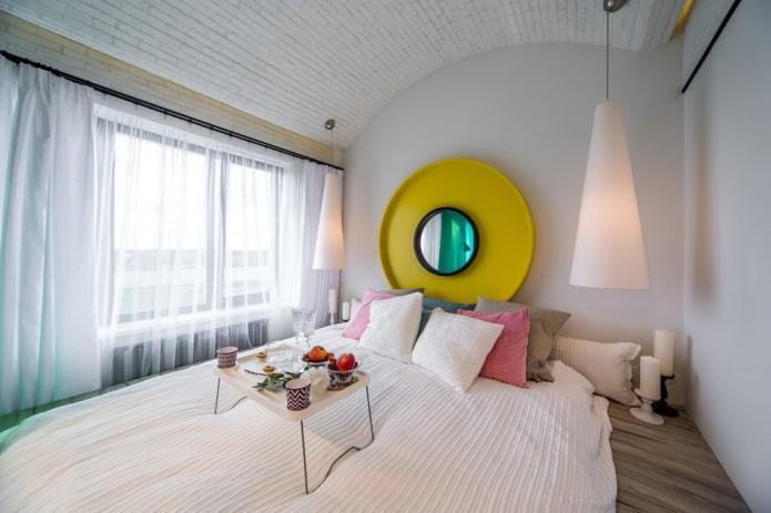 miroir au-dessus du lit à l'intérieur de la chambre