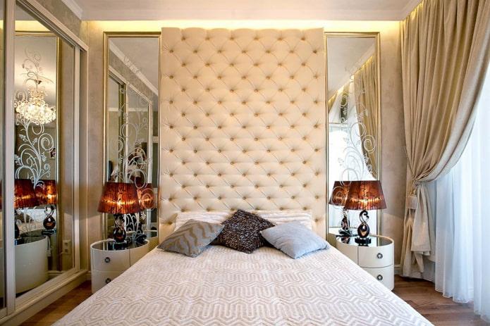 miroirs avec des dessins à l'intérieur de la chambre