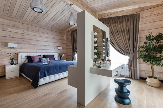 miroir avec une table à l'intérieur de la chambre