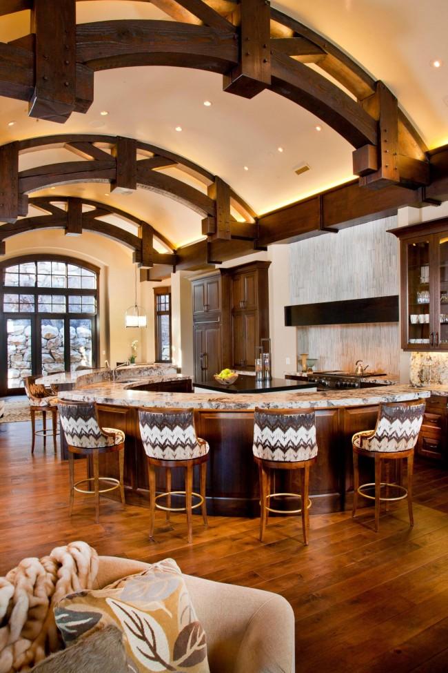Même dans un style rustique, il est possible d'appliquer des cloisons sèches.  Avec lui, vous pouvez considérablement faciliter la tâche de décorer un plafond d'une configuration complexe.