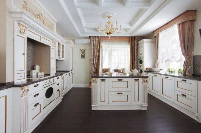Un plafond en plaques de plâtre est parfait pour un intérieur classique