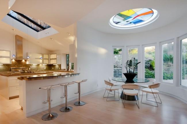Combinaison de différents types de montage au plafond et de vitrail dans le toit