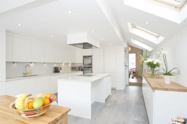 Plafond en pente dans la cuisine dans le style du minimalisme