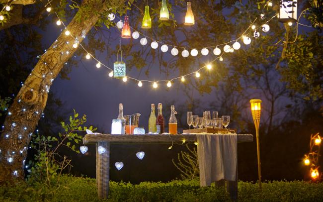 Les lampes de jardin en bouteille de verre ont l'air très intéressantes