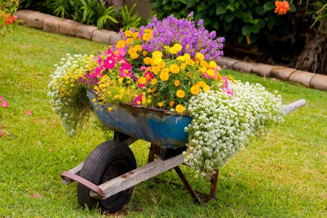 Grâce à la déco DIY, votre jardin peut devenir non seulement beau, mais aussi très original.