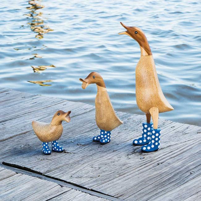 Canards en bois pour décorer la berge de l'étang