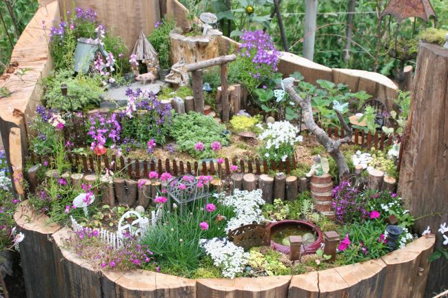Magnifique mini jardin dans une souche d'arbre artificielle