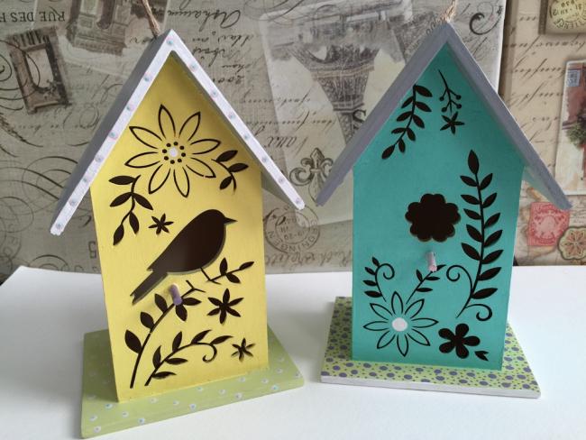 Les nichoirs avec mangeoires pour oiseaux peuvent être multicolores ou même sculptés