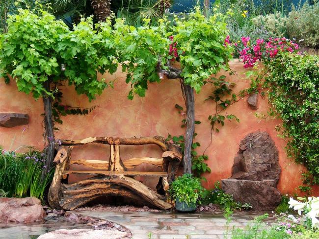 Un banc fait des racines d'un vieil arbre est très impressionnant