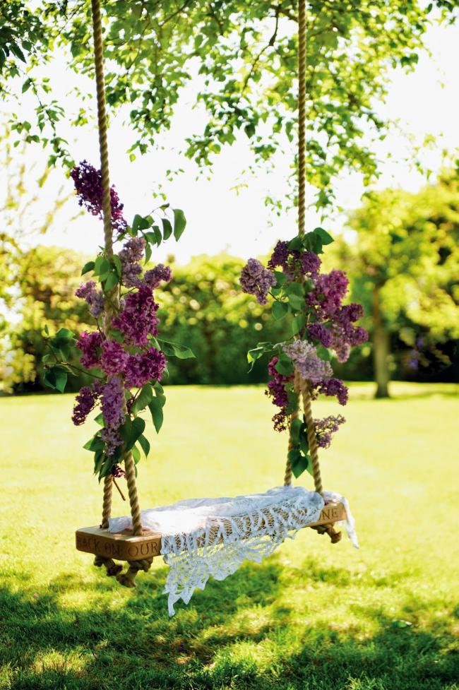 Une balançoire à faire soi-même décorée de fleurs fraîches ajoutera une touche de romantisme à votre jardin
