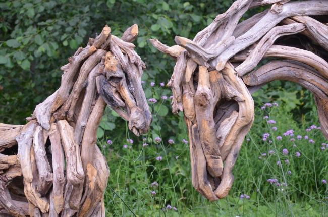 De magnifiques chevaux fabriqués à partir de racines d'arbres deviendront l'élément principal du décor de votre paysage