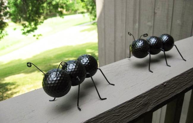 Fourmis drôles faites de balles de golf et de fil de fer