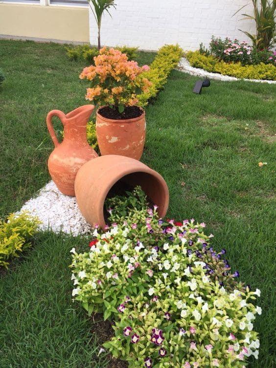 Parterre de fleurs avec des cruches