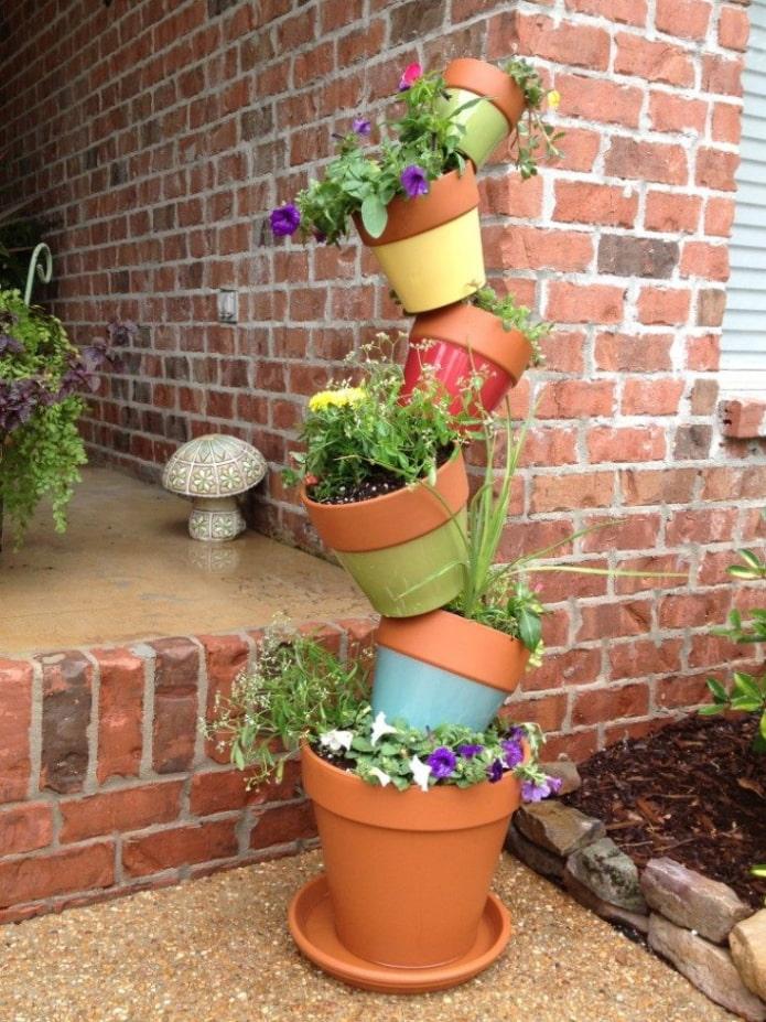 Parterre de fleurs vertical en pots