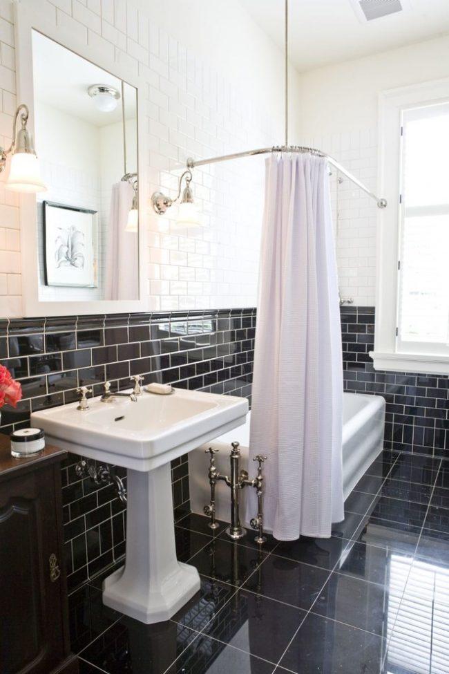 Corniche d'angle pour rideaux à l'intérieur d'une salle de bain en noir et blanc