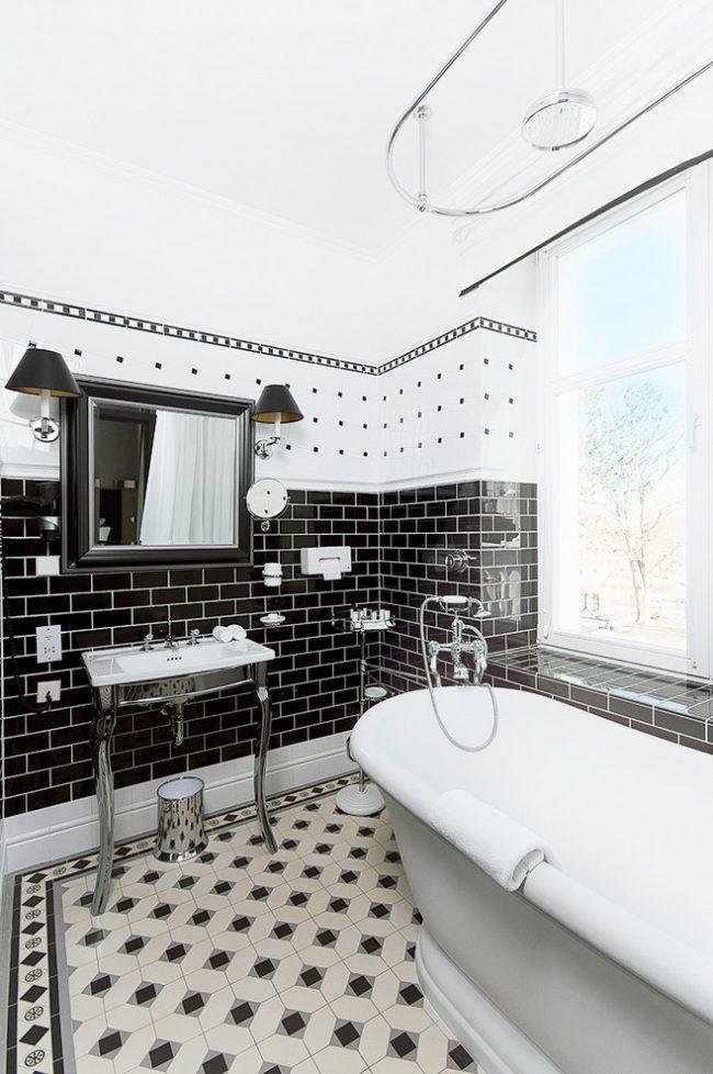 Tringle à rideaux ovale pour rideaux à l'intérieur d'une salle de bain de style scandinave
