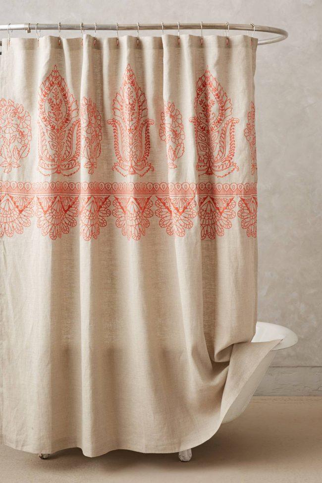 Une corniche ovale avec un rideau chic sera un élément merveilleux pour la décoration de votre salle de bain