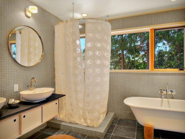 Salle de bain spacieuse et moderne