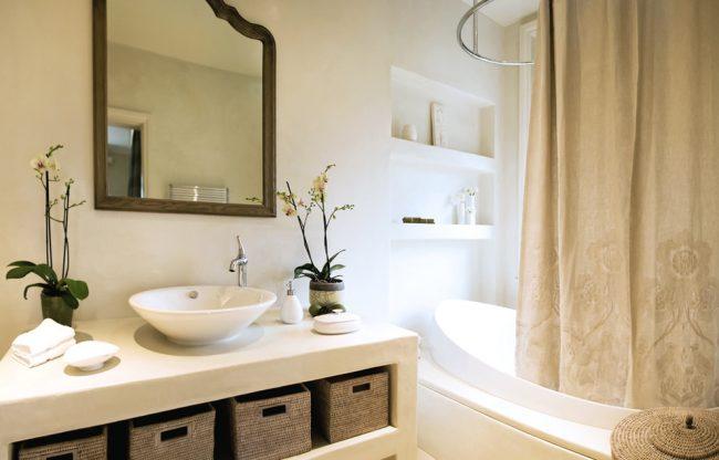 Tringle à rideaux pour rideaux ovales à l'intérieur d'une salle de bain moderne