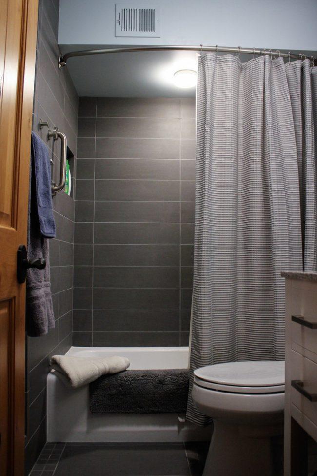 Les tringles à rideaux asymétriques sont le plus souvent utilisées pour les baignoires en acrylique.