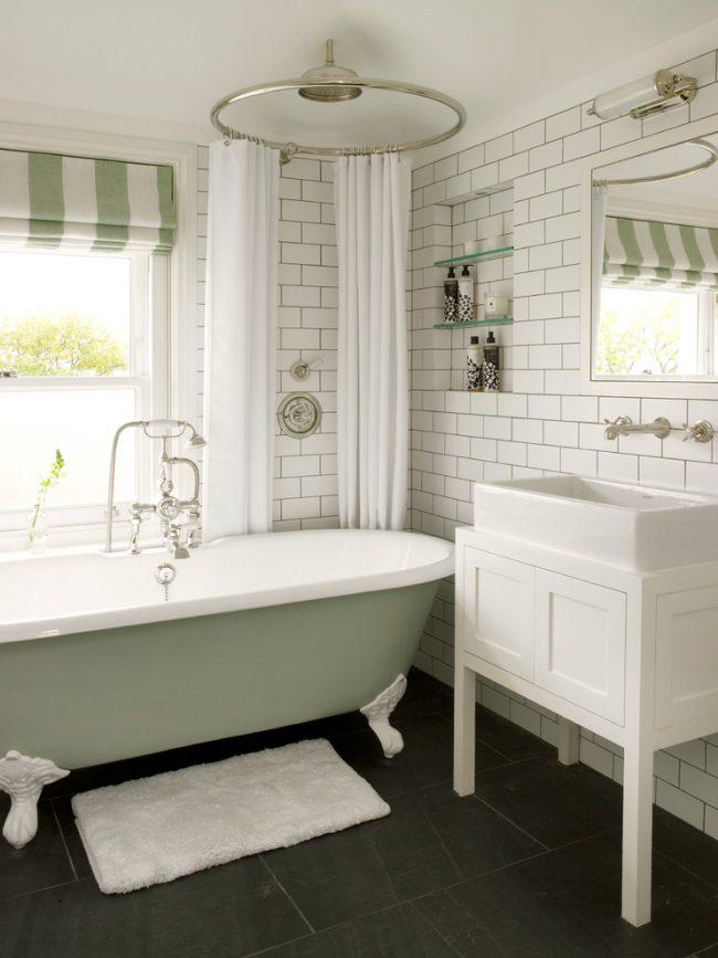 Salle de bain confortable aux couleurs claires