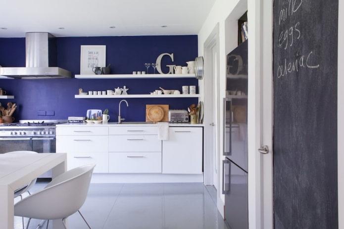 Mur bleu, armoires et étagères blanches