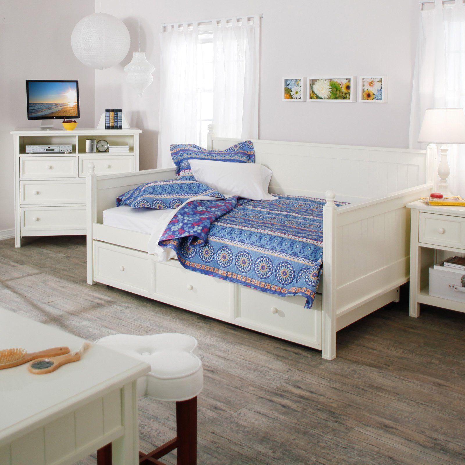 Le lit gigogne et les autres meubles de la chambre de bébé sont fabriqués dans le même style