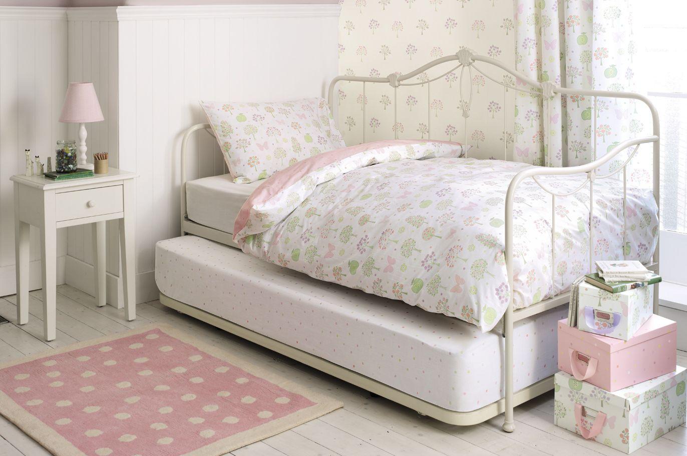 Le niveau inférieur du lit est pratiquement au sol, il est donc conseillé d'y poser un matelas haut et chaud