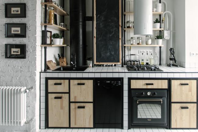 Style loft avec éléments noirs contrastants et mur de briques blanches