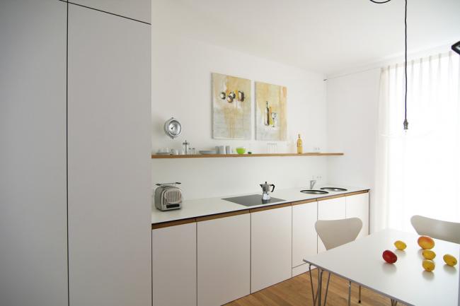 Intérieur minimaliste blanc avec table à manger carrée
