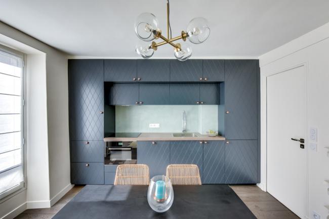 Façades élégantes de couleur graphite dans un intérieur moderne