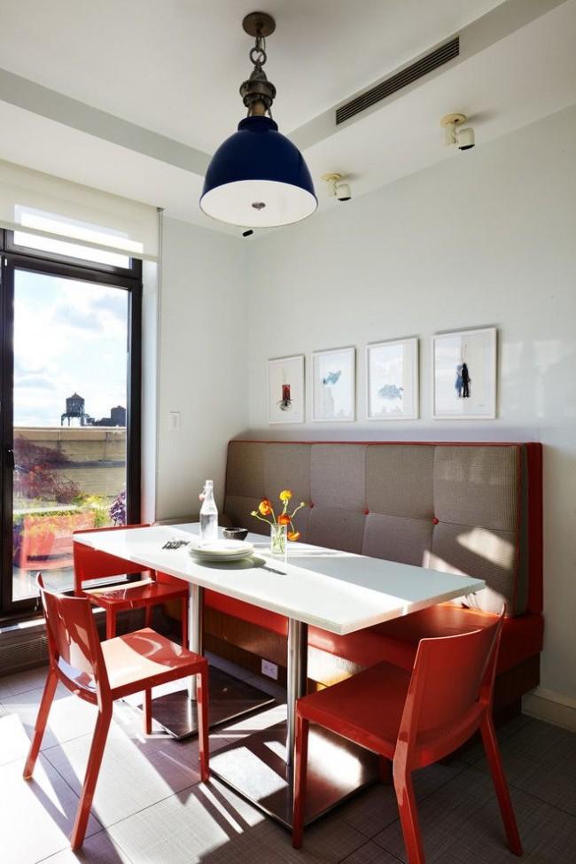 Un canapé moelleux situé dans le coin de la cuisine avec une baie vitrée