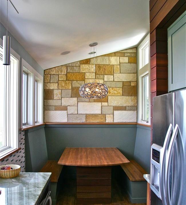 Décoration murale au dessus du petit coin repas avec carrelage imitation pierre de différentes tailles Murs au dessus du petit coin repas avec carrelage imitation pierre