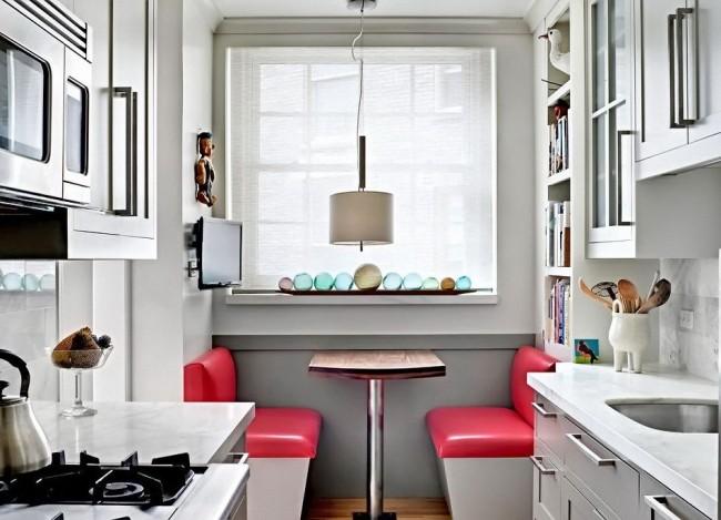 Accentuez les couleurs vives dans une cuisine d'un blanc éclatant