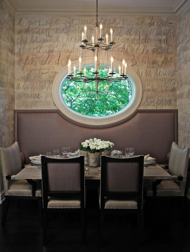Une fenêtre ronde dans la cuisine d'une maison privée ou d'une maison de campagne peut être intégrée à la composition de la salle à manger