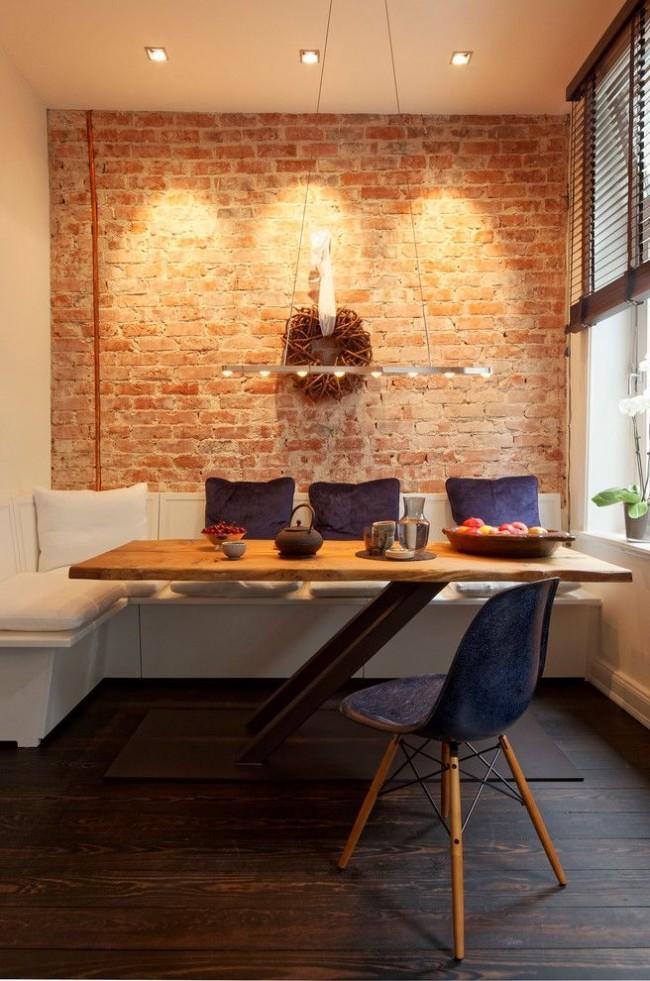 La salle à manger est située au fond de la cuisine, éliminant ainsi le besoin de laisser de l'espace pour un couloir entre la table et le set de cuisine.  La deuxième astuce est constituée de pieds de table inhabituels qui n'interfèrent pas avec la sortie de la table