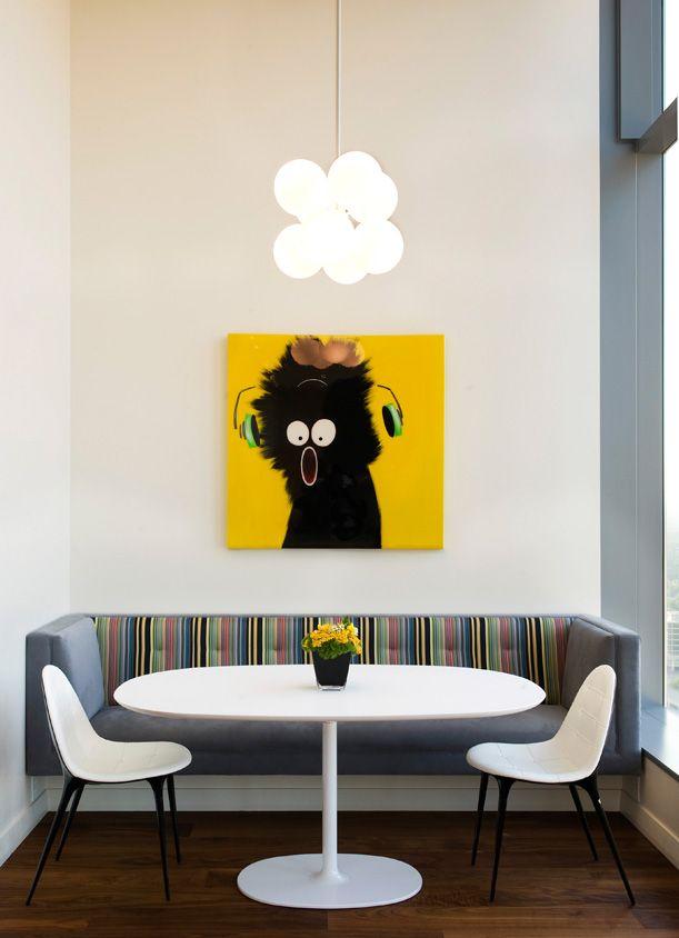 Design simple et jeune : table et canapé blancs ovales avec dossier à rayures brillantes