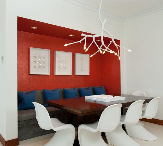 Cuisine blanche moyenne aux accents modernes : niche rouge vif et suspension accrocheuse