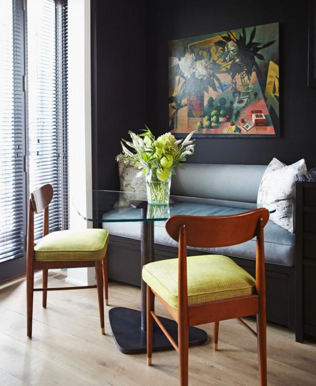 Même dans une petite zone, vous pouvez utiliser avec succès des couleurs sombres, comme sur cette photo avec une niche.