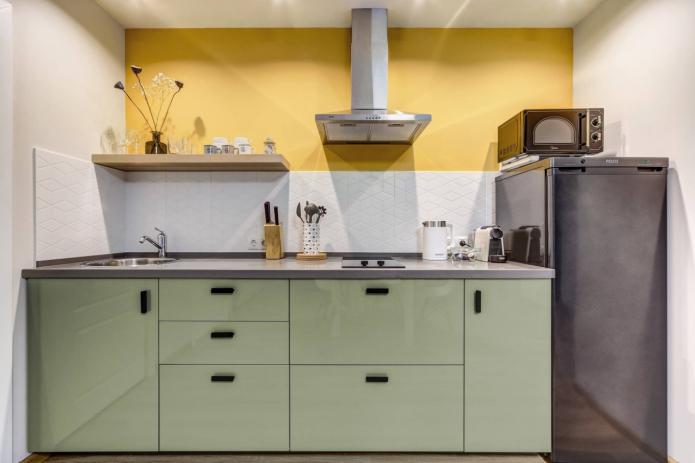 mur jaune dans la cuisine